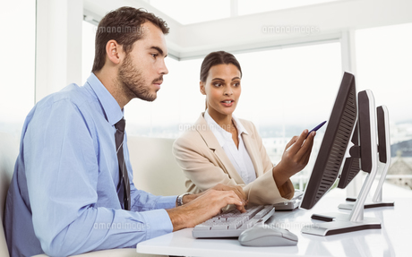 Business people using computer in officeの写真素材 [FYI00003755]