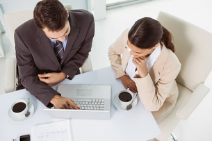 Business people using laptop in officeの写真素材 [FYI00003756]