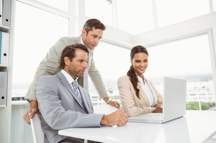 Business people using laptop in officeの写真素材 [FYI00003757]
