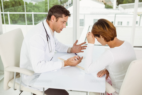 Doctor in discussion with patient in medical officeの写真素材 [FYI00003767]