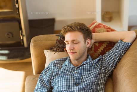 Young man napping on his couchの写真素材 [FYI00003778]