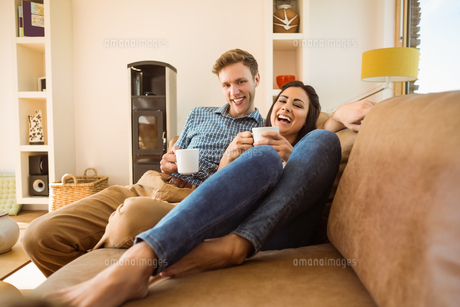 Happy young couple relaxing on the couchの写真素材 [FYI00003783]