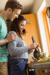 Cute couple making a saladの写真素材 [FYI00003785]
