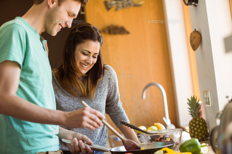 Cute couple preparing food togetherの写真素材 [FYI00003789]