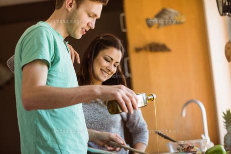 Cute couple preparing food togetherの写真素材 [FYI00003795]