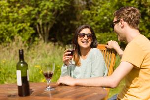 Young couple enjoying red wineの写真素材 [FYI00003797]