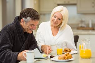 Mature couple having breakfast togetherの写真素材 [FYI00003824]