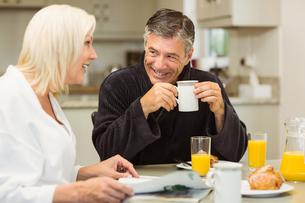 Mature couple having breakfast togetherの写真素材 [FYI00003825]