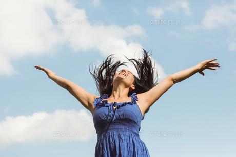 Pretty brunette in blue dress feeling freeの写真素材 [FYI00003829]