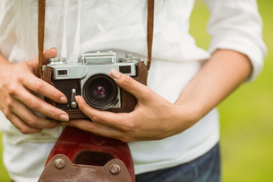 Mid section of woman holding vintage cameraの写真素材 [FYI00003835]