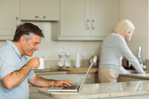 Happy mature man using laptopの写真素材 [FYI00003837]