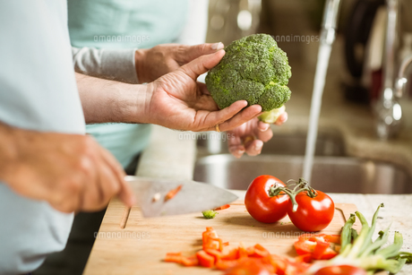 Mature couple preparing vegetables togetherの写真素材 [FYI00003838]