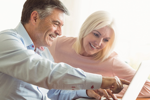 Happy mature couple using laptopの写真素材 [FYI00003841]
