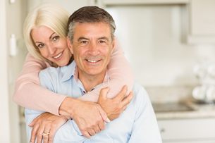 Happy mature couple smiling togetherの写真素材 [FYI00003842]