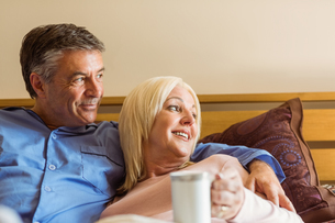 Happy mature couple smiling on bedの写真素材 [FYI00003844]