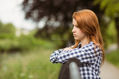 Handsome woman day dreaming standingの写真素材 [FYI00003846]