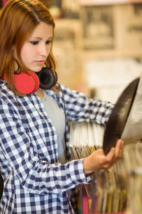 Redhead with a headphone around the neck holding a vinylの写真素材 [FYI00003847]
