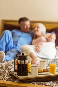 Happy mature couple having breakfast in bedの写真素材 [FYI00003851]