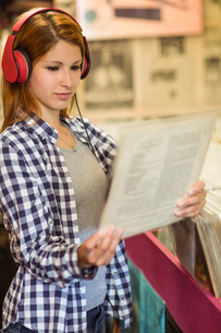 Girl looking for vinyl while listening to musicの写真素材 [FYI00003856]