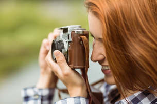 Redhead woman taking a photoの写真素材 [FYI00003858]