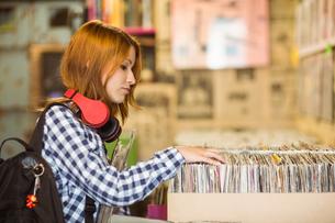 Pretty redhead searching a vinylの写真素材 [FYI00003860]