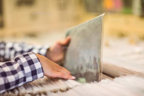 Pretty redhead searching a vinylの写真素材 [FYI00003867]