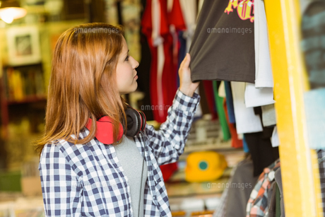 Hipster redhead looking at clothesの写真素材 [FYI00003868]