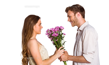 Side view of couple holding flowersの写真素材 [FYI00003893]