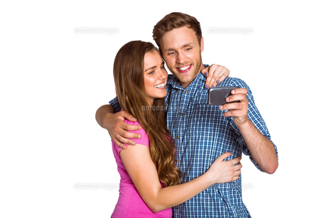Cheerful young couple taking selfie with smart phoneの写真素材 [FYI00003897]