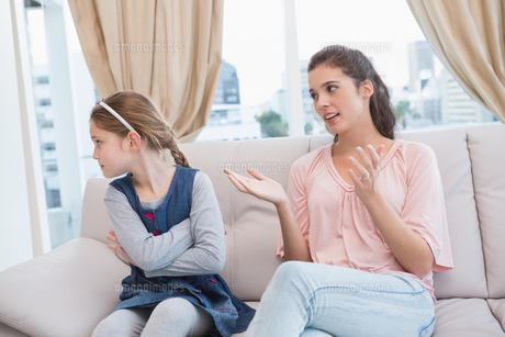 Mother scolding her naughty daughterの写真素材 [FYI00003929]