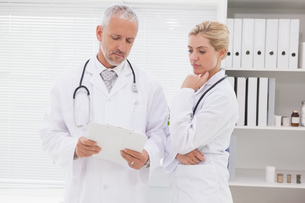 Concentrated doctors coworker analyzing resultsの写真素材 [FYI00003984]