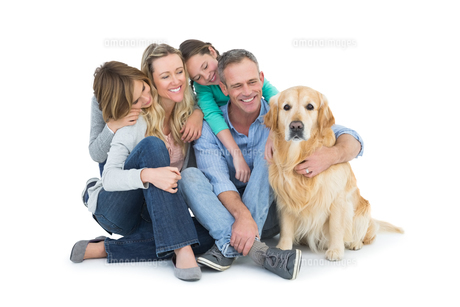 Portrait of smiling family sitting together with their dogの素材 [FYI00003989]