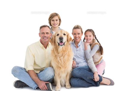 Portrait of smiling family sitting together with their dogの写真素材 [FYI00003990]