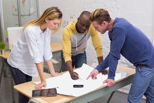 Interior designers looking at blueprintの素材 [FYI00004051]