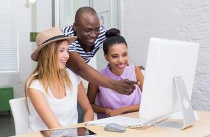 Creative colleagues using computer in meetingの写真素材 [FYI00004058]