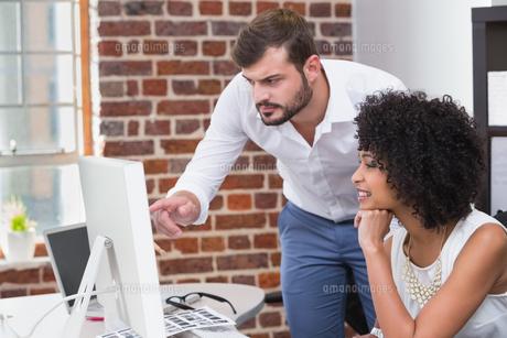 Photo editors using computer in officeの写真素材 [FYI00004062]