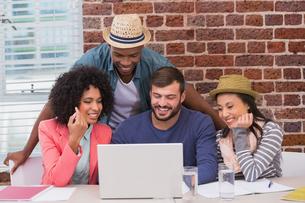 Creative team using laptop in meetingの写真素材 [FYI00004064]