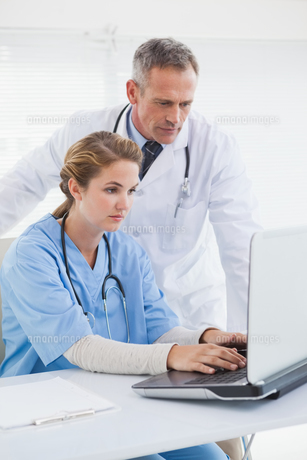 Nurse and doctor working on a laptopの写真素材 [FYI00004067]