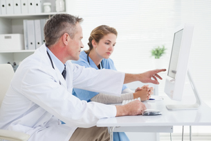 Doctor and nurse looking at a computerの写真素材 [FYI00004078]