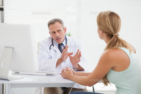 Doctor giving patients their test resultsの写真素材 [FYI00004080]