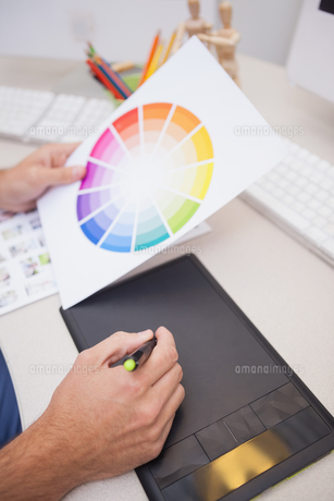 Designer using graphics tablet and colour wheelの素材 [FYI00004116]
