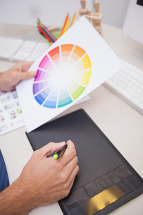 Designer using graphics tablet and colour wheelの写真素材 [FYI00004116]
