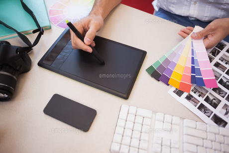 Designer using graphics tablet and colour chartsの素材 [FYI00004124]