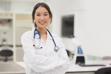 Pretty medical student smiling at cameraの写真素材 [FYI00004126]