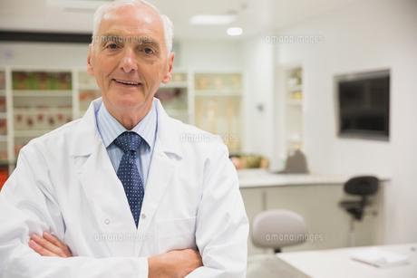 Science professor smiling at cameraの写真素材 [FYI00004128]