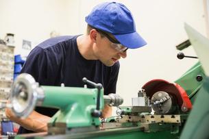 Engineering student using heavy machineryの写真素材 [FYI00004136]