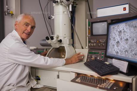 Biochemist using large microscope and computerの写真素材 [FYI00004138]