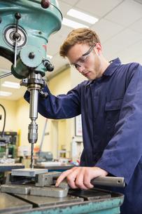 Engineering student using large drillの写真素材 [FYI00004139]