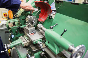 Engineering student using heavy machineryの写真素材 [FYI00004140]