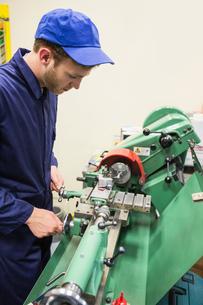 Engineering student using heavy machineryの写真素材 [FYI00004141]